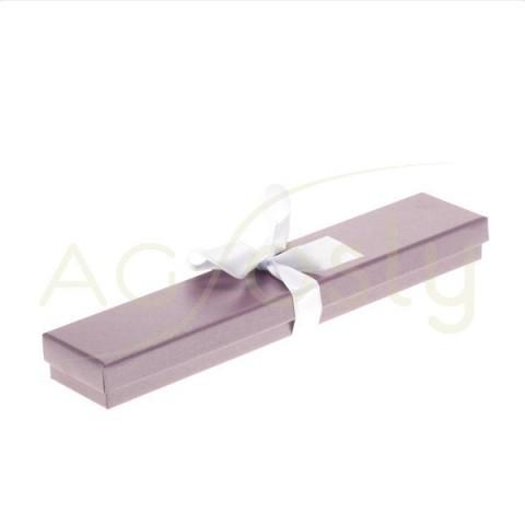 Estuche para pulsera de color malva con cinta de color blanco.
