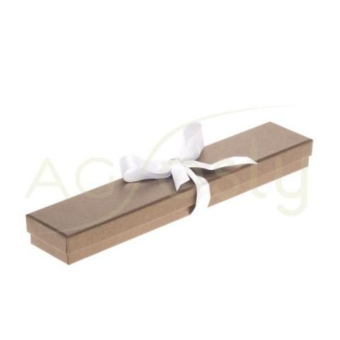 Estuche para pulsera de color bronce con cinta de color blanco.