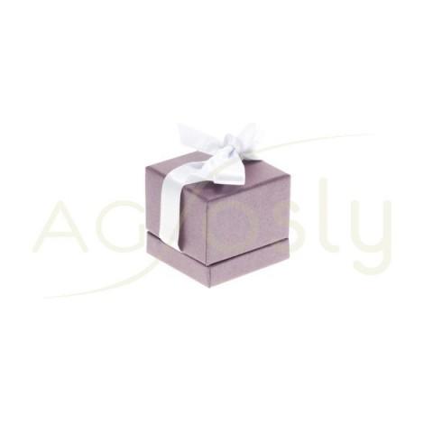 Estuche para anillo de color malva con cinta de color blanca.