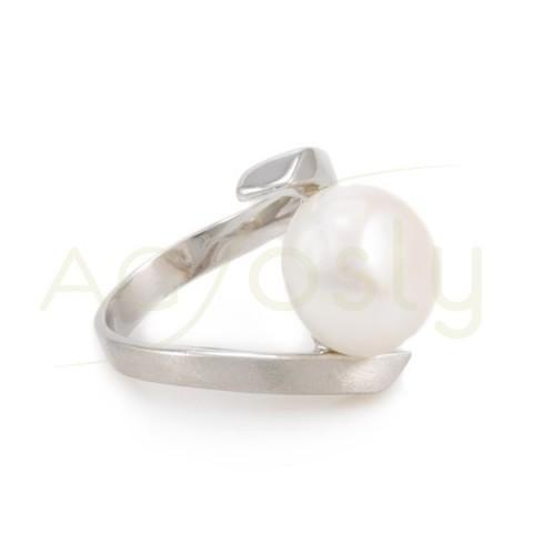 Anillo de plata cruzado satinado con una perla cultivada.