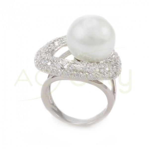 Anillo de plata con una perla cultivada sobre un circulo de circonitas.