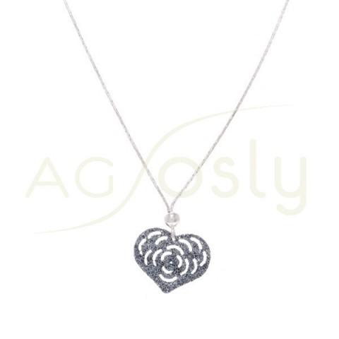 Collar plata de cadena y colgante corazón en purpurina gris.