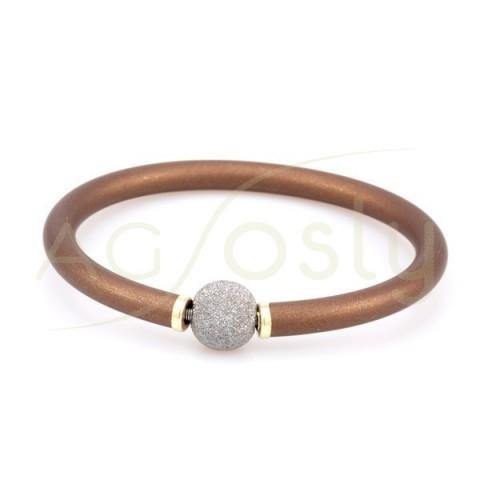 Pulsera plata KARISMA chapada, alma de acero con caucho marrón/dorado y bola diamantada con baño de rutenio.