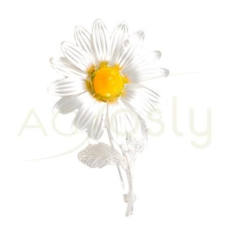 Broche flor margarita de plata satinada.