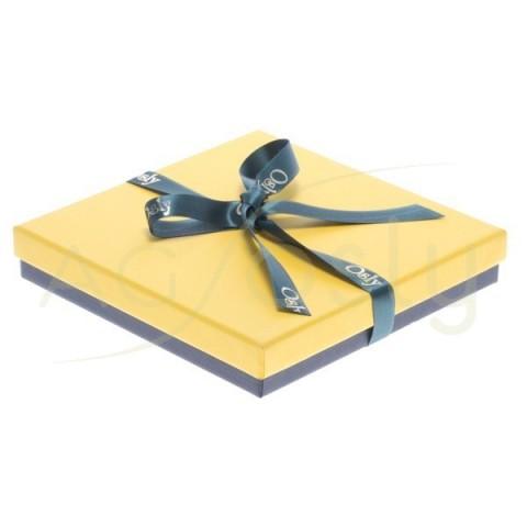 Estuche para collar de color amarillo con cinta de color verde.