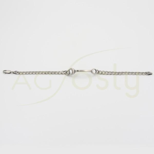 Pulsera de plata con motivo central en forma de llave inglesa.