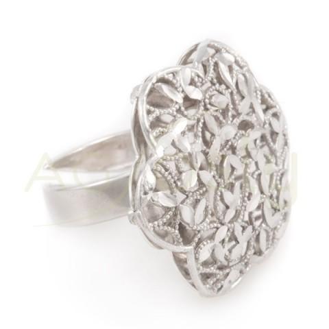 Anillo plata rodiada en forma de flor con motivos lapidados.