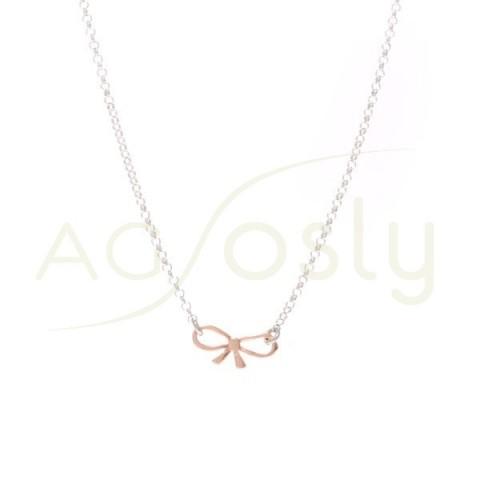 Collar plata de cadena rolo y colgante lazo chapado en rosa.