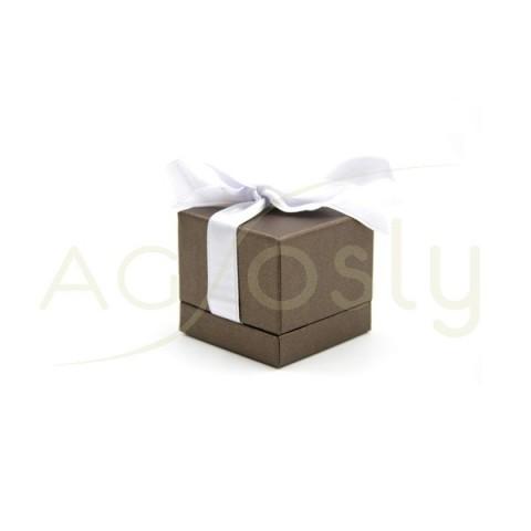 Estuche para anillo de color bronce con cinta blanca