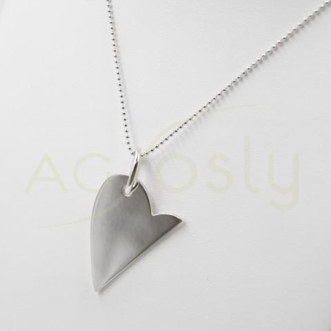 Collar de plata modelo AG en forma de medio corazón