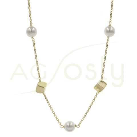Collar de plata dorada con colgantes de cubos y perlas
