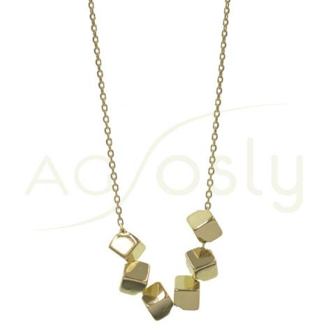 Collar de plata dorada con colgantes de cubos
